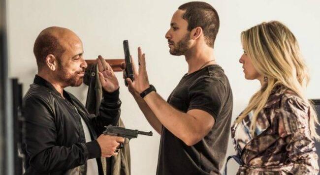 Protagonista: o ator Rainer Cadete entre Claudio Manoel e Monique Alfradite durante as filmagens /Foto: Wallace Nogueira/Divulgação
