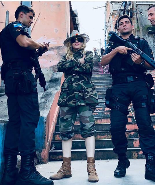 Madonna: cantora posa ao lado de policiais no Morro da Providência /Foto: Reprodução Instagram
