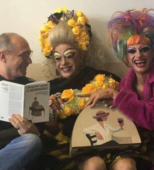 Marco Antonio Coutinho Jorge: psicanalista com duas 'drags' em uma de suas palestras /Foto: Arquivo Pessoal