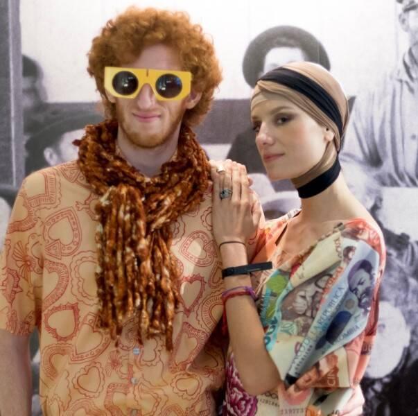 Ronaldo Fraga: sucesso total na Argentina. O estilista ao lado de modelos do desfile e a artista chilena Catalina Swinburn com um modelo /Fotos: Divulgação