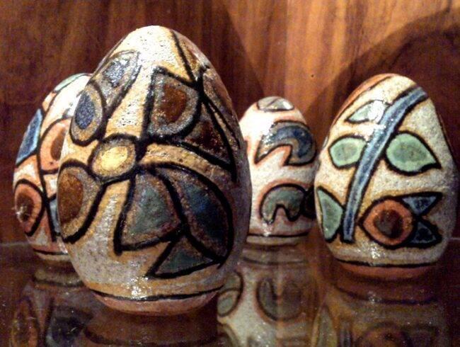 Os ovos de Brennad, feitos em cerâmica e pintados à mão /Foto: Reprodução