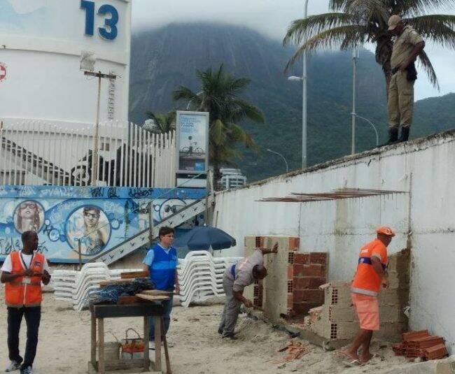 Banheiro ilegal estava sendo construído para uma festa na areia da Praia de São Conrado /Foto: Divulgação