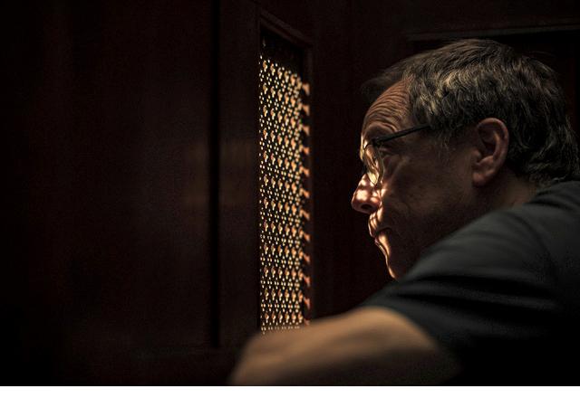 """Fernando Meirelles: cineasta no confessionário das filmagens de """"The Pope"""" /Foto: Reprodução O2 Filmes"""