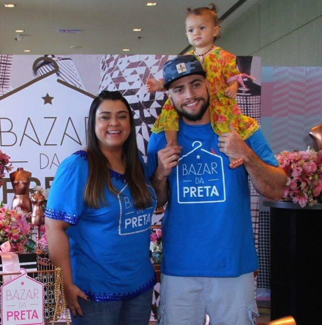 Preta Gil ao lado do marido, Rodrigo Godoy, e da neta, Sol de Maria, no Bazar da Preta /Foto: Anderson Bordê