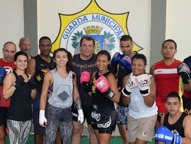 Cláudia Gadelha (de camiseta cinza): lutadora do UFC ensinou técnicas para a Guarda Municipal do Rio /Foto: Reprodução GM-Rio