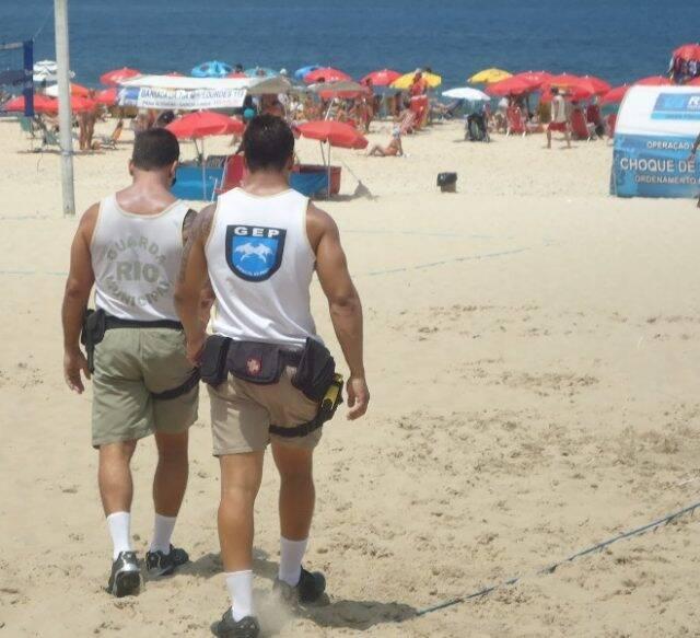 Policiais do Grupamento Especial de Praia fiscalizando irregularidades nas orlas cariocas /Foto: Divulgação