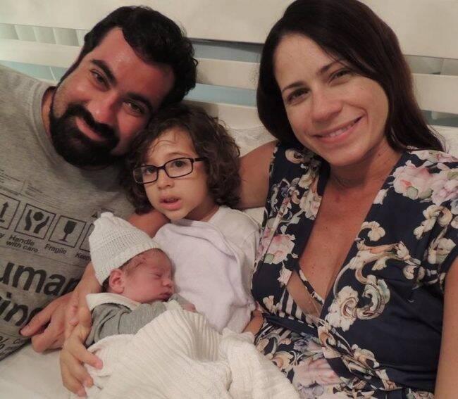Família reunida depois do susto: Jorge Passarelli e Raquel com os filhos, Leonardo, de 5 anos, e o recém-nascido dos braços do pai, Miguel /Foto: Arquivo Pessoal