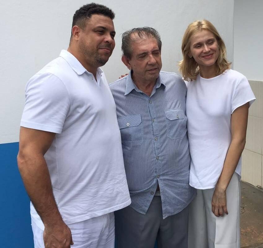João de Deus entre Ronaldo e Celina Locks: casal está em Abadiânia com o médium / Foto: amiga da coluna