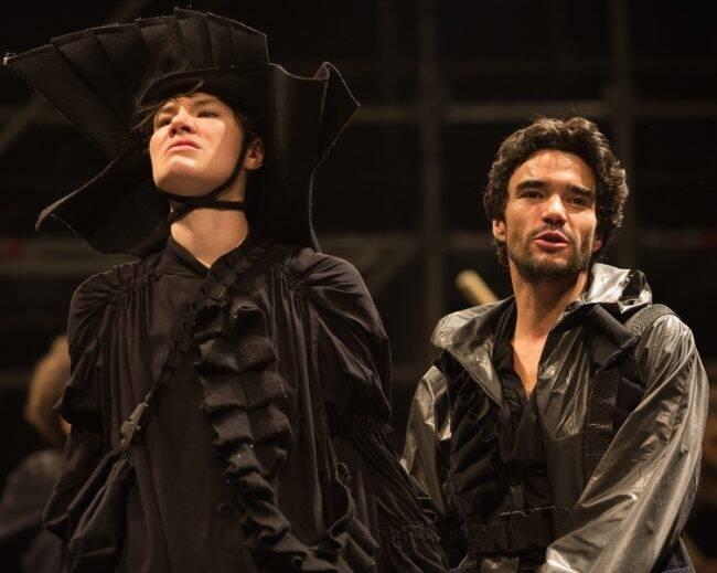 """Diadorim (Luíza Lemmertz) e Riobaldo (Caio Blat) em cena de """"Grande Sertão Veredas"""" /Foto: Roberto Pontes"""