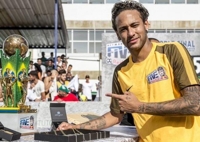 Neymar Jr.: o craque com a taça do campeonato do ano passado /Foto: Divulgação