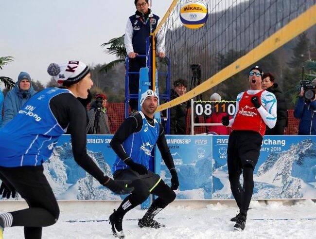 Giba (de azul) joga com a coreana Kim Yeon-Koung contra o time de Emanuel /Foto: Kim Hong-Ji/Reuters