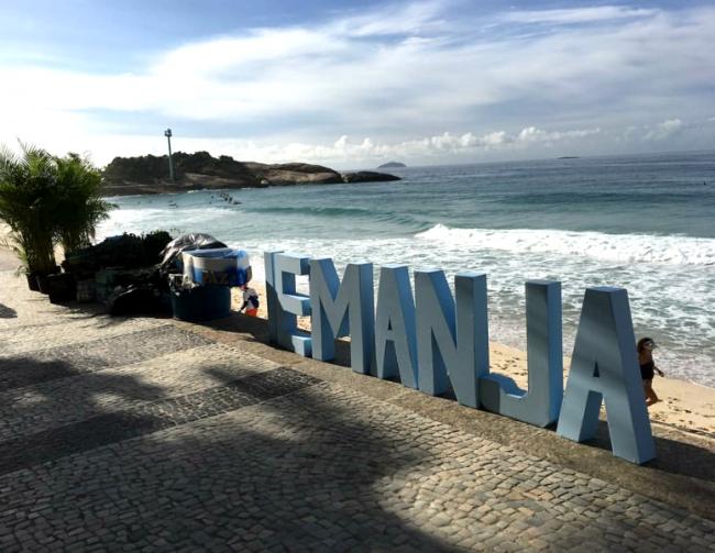 """""""Festa de Iemanjá no Arpoador"""": centenas de pessoas entram no mar para fazer oferendas até de madrugada /Foto: Reprodução Instagram"""