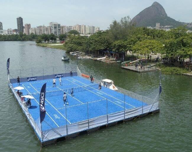Quadra de tênis flutuante: Bruno Soares (acima da rede) e Gael Monfils (em primeiro plano) fazem partida amistosa /Foto: Divulgação