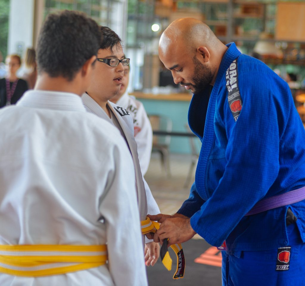 warlley-alves-lutador-ufc-com-crianc%cc%a7as-da-ong-jiu-jitsu-sem-limites
