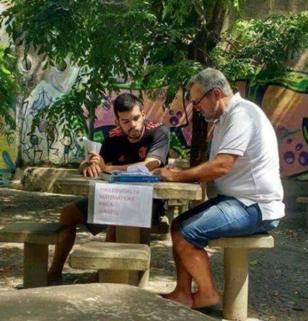 Aula gratuita: professor ensina Física e Matemática para estudantes em pracinha de Botafogo /Foto: Alerta Botafogo