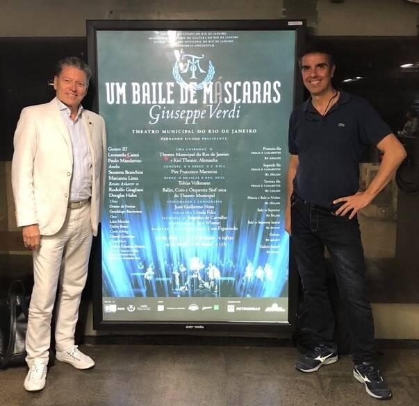 """Fernando Bicudo e Pier Francesco Maestrini: o diretor do Municipal e o diretor da ópera """"O baile de máscaras"""" deram de cara com esse cartaz no metrô"""