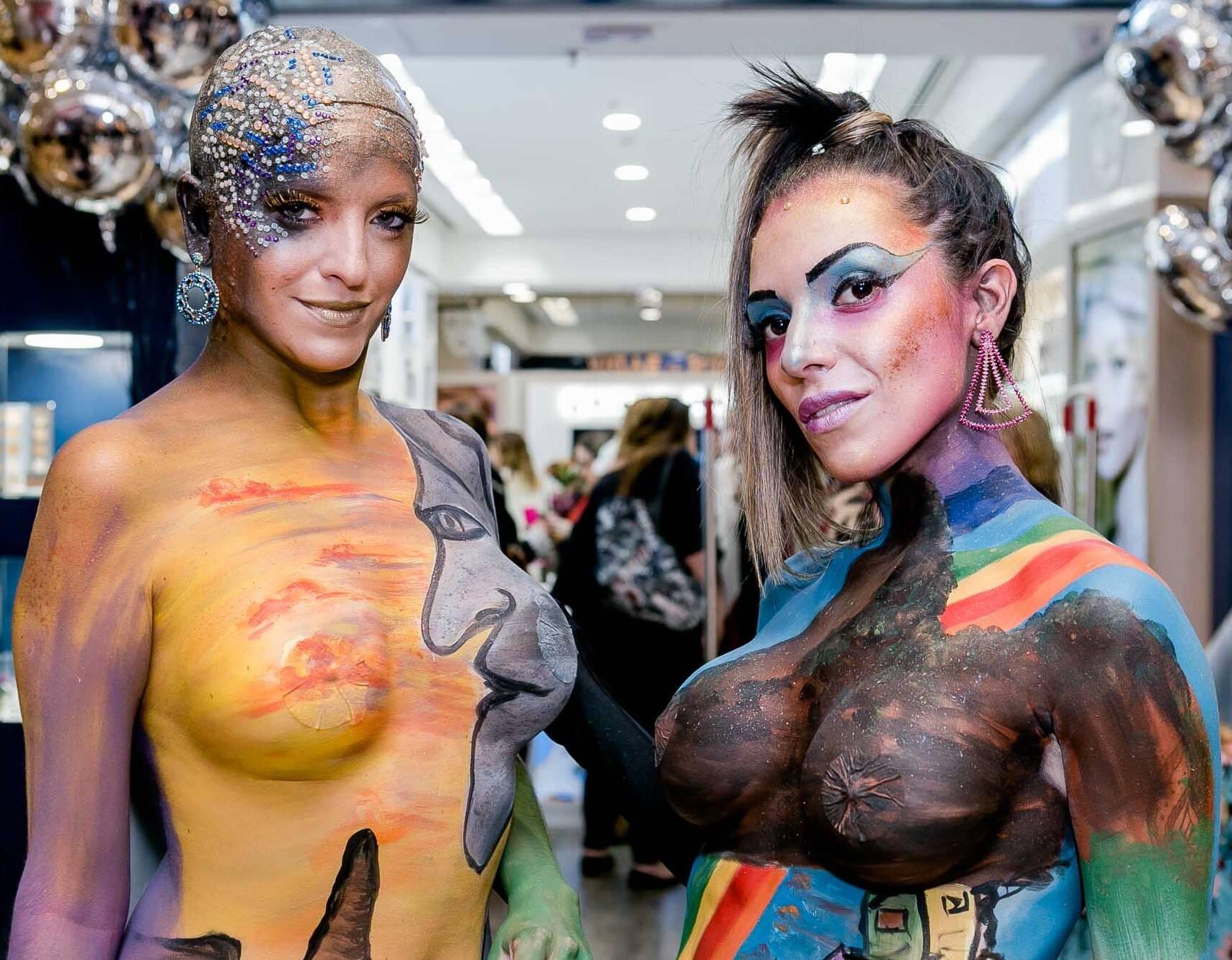Agatha Copetti e Gabriela Mello: corpos de modelos foram pintados para demonstração de marca de maquiagem / Foto: Bruno Ryfer