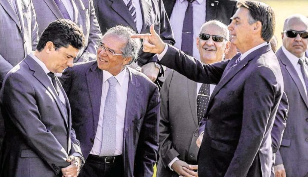 A imagem que vem sendo replicada até cansar: Bolsonaro fazendo gesto de  arma para Moro | Lu Lacerda | iG